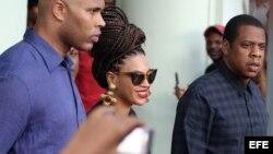 La cantante estadounidense Beyoncé (c) y su esposo, el rapero Jay-Z (d) salen el jueves 4 de abril del Hotel Saratoga en La Habana, donde se hospedaron junto a miembros de su familia, para celebrar los 5 años de su matrimonio
