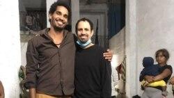 Luis Manuel Otero Alcántara y Oscar Casanella, junto a otros amigos, en la sede del Movimiento San Isidro.