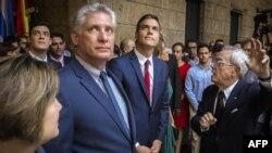 El gobernante Miguel Díaz-Canel (izquierda) y el primer ministro español Pedro Sánchez (centro). Foto AFP.