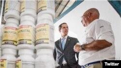 El presidente interino de Venezuela, Juan Guaidó, supervisa la ayuda humanitaria.