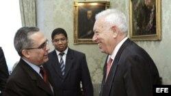 El ministro español de Asuntos Exteriores, José Manuel García-Margallo (d) saluda al viceministro de Relaciones Exteriores de Cuba, Marcelino Medina.