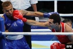 Sofiane Oumiha (d) derrotó a Amnat Ruenroeng.