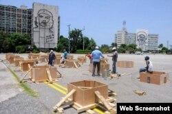 Obreros construyen el altar para la misa que oficiará el papa Francisco en La Habana.