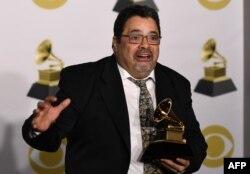 Arturo O'Farrill con un premio Grammy