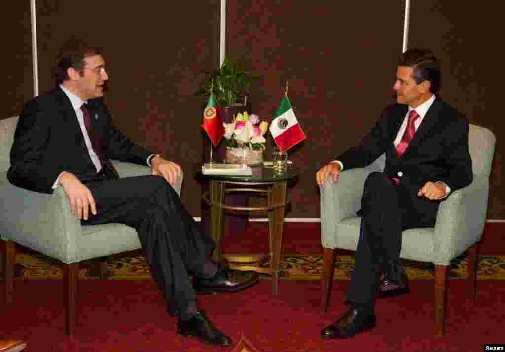 Presidente de México Peña Nieto (D) y Primer Ministro de Portugal Pedro Passos Coelho durante un encuentro este sábado en Santiago de Chile