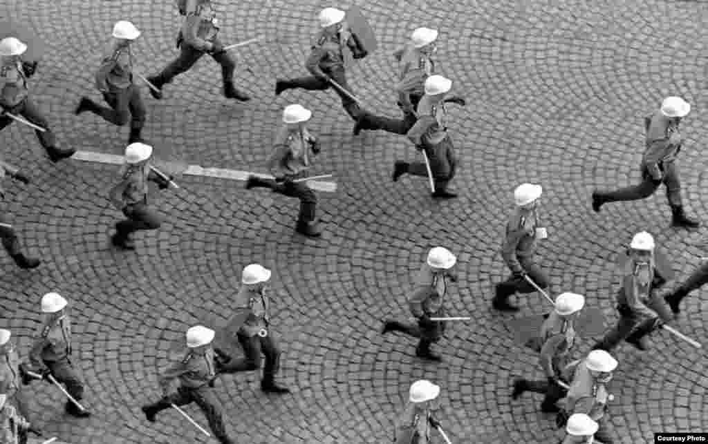 La policía de Checoslovaquia arremete contra los manifestantes.