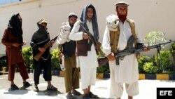 Antiguos militantes talibanes asistieron a una ceremonia de entrega de armas en la ciudad de Jalalabad, en el este de Afganistán, el martes 18 de junio de 2013.