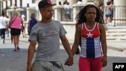 Una pareja caminando por La Habana. AFP/ Yamil Lage.