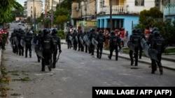 La policía antidisturbios recorre las calles luego de una manifestación contra el gobierno de Miguel Díaz-Canel en el municipio de Arroyo Naranjo, La Habana el 12 de julio de 2021.