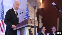 El vicepresidente de EE.UU., Joseph Biden (i), hablando hoy, viernes 20 de septiembre de 2013, durante su visita a México