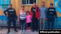 Los cuatro cubanos hallados sin documentos en la Aduana de Agua Caliente, frontera Honduras-Guatemala.