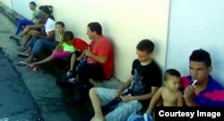 Cinco niños son parte del grupo de cubanos que permanecen en la calle esperando refugio político.