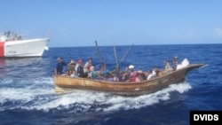 Rescate y repatriación de 28 balseros cubanos en alta mar por la Guardia Costera de EEUU.