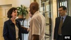 Roberta Jacobson conversa con los opositores Guillermo Fariñas y Antonio Rodiles el 23 de enero de 2015, en La Habana.