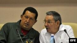 Presidente de Cuba, Raúl Castro (d) y su homólogo venezolano, Hugo Chávez durante un encuentro en La Habana. Archivo.