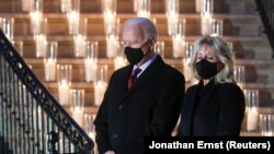 Presidente Joe Biden and First Lady Dr. Jill Biden attend a moment of silence and candle lighting ceremony