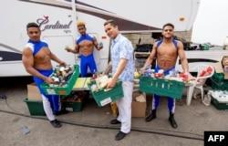 Artistas cubanos de circo sobreviven gracias a donaciones del pueblo Morecambe. PETER POWELL / AFP
