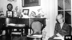 La poetisa cubana Dulce María Loynaz en su residencia en La Habana.