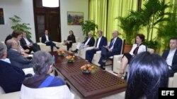 John Kerry (4-d) reunido con los negociadores del Gobierno de Colombia en el proceso de paz con las FARC.