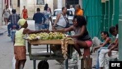 Una vendedora ambulante de productos agropecuarios en una calle de La Habana.