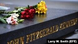 Flores, plegarias y lágrimas para recordar a John F. Kennedy