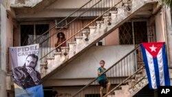 Personas esperan ser vacunadas contra el COVID-19 con la vacuna cubana Abdala, en un consultorio médico en La Habana. (AP/Ramón Espinosa).