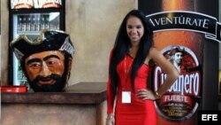 Una modelo permanece en el stand de la cervecería cubana Bucanero