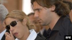 Fotografía de archivo de la cantante Shakira (c) con Antonio de la Rúa (d).