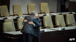 Castro abraza a su sucesor Miguel Díaz-Canel.