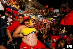 Seguidores del presidente encargado de Venezuela y candidato a la presidencia del país, Nicolás Maduro, asisten a un acto de su campaña en Puerto Ordaz (Venezuela).