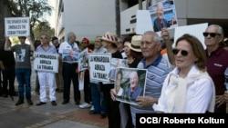 Cubanos exiliados protestan frente al Consulado español en el sur de la Florida por la visita a Cuba de los Reyes Felipe VI y Letizia (Foto: Roberto Koltún).