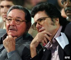 En esta foto de archivo Raúl Castro dialoga con el entonces ministro de Cultura Abel Prieto (derecha).