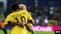 El jugador del París Saint-Germain Neymar (i) celebra con su compañero Dani Alves (d) después de anotar el tercer gol de su equipo este miércoles 18 de octubre de 2017, durante un partido entre el Anderlecht y el París Saint-Germain por el grupo B de la L