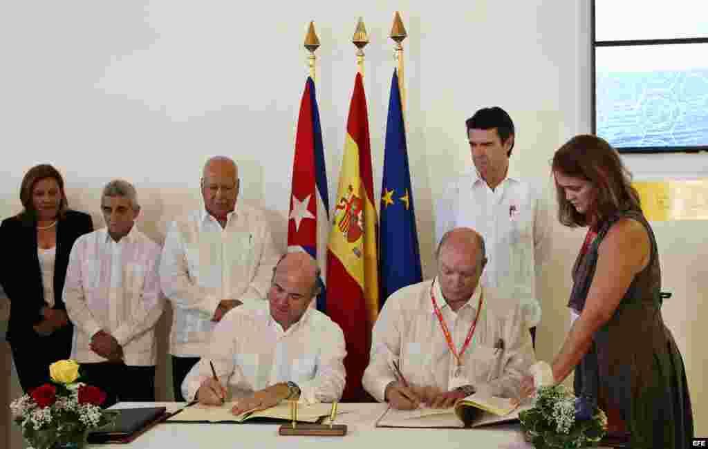 José Manuel Soria, el ministro de Industria, Energía y Turismo de España, y Rodrigo Malmierca, el ministro cubano de Comercio Exterior e Inversión Extranjera, firman acuerdos de cooperación el 2 de noviembre de 2015 en la Feria Internacional de La Habana.