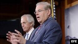 Bob Menendez y su colega Bob Corker (i-d) presentaron en el Senado el Proyecto de Ley de Revisión de Acuerdos Nucleares con Irán.