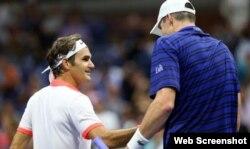 Isner (d) felicita a Federer.