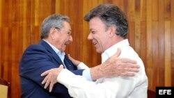 El presidente de Colombia, Juan Manuel Santos, hizo un viaje relámpago para reunirse en La Habana con el gobernante Raúl Castro.