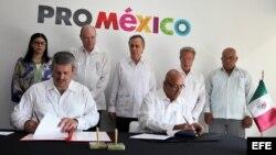 El director general de ProMéxico, Francisco N. González Díaz (i), y el director del Centro para la Promoción del Comercio Exterior y la Inversión Extranjera de Cuba (CEPEC), Roberto Verrrier (d), firman un acuerdo de cooperación entre ambas instituciones