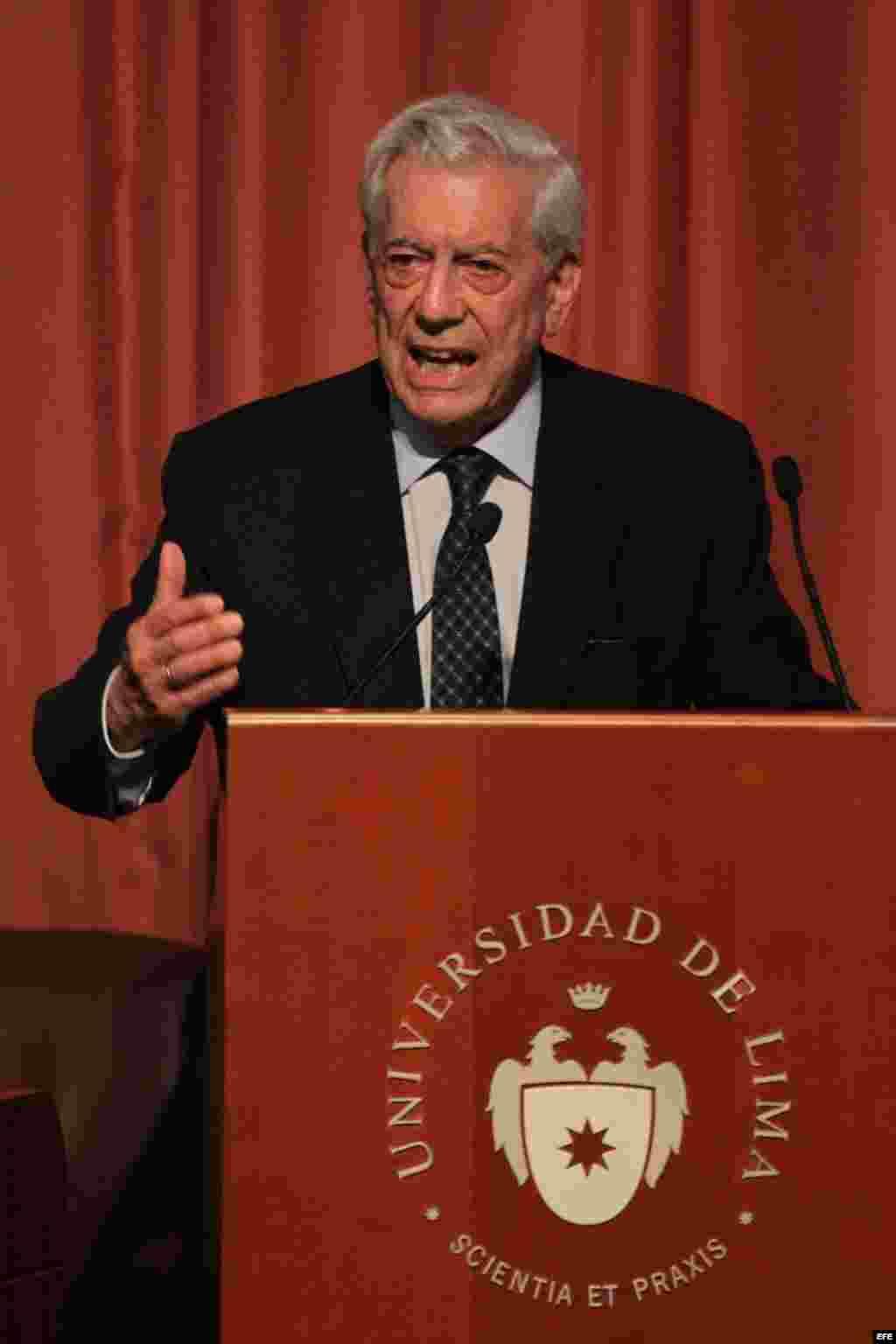 """Mario Vargas Llosa habla hoy, jueves 26 de marzo de 2015, en la Universidad de Lima (Perú), durante el seminario internacional """"América Latina: oportunidades y desafíos""""."""