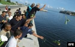 """Opositores del ilegal Partido Popular Republicano, lanzan flores al mar el 13 de julio, en homenaje a las víctimas de """"13 de Marzo""""."""