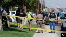 Agentes resguardan la escena donde un hombre armado secuestrara un vehículo del servicio postal, abrió fuego a la multitud matando a 5 personas e hirió a 21 de ellas en Texas. (Mark Rogers/Odessa American vía AP).