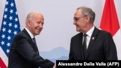 El presidente Joe Biden saluda en Ginebra al presidente de la Federación Suiza, Guy Parmelin, el 15 de junio de 2021. (Alessandro Della Valle/AFP).