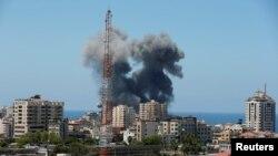 El humo se eleva durante un ataque aéreo israelí, en medio de un estallido de violencia israelí-palestina, en la ciudad de Gaza, el 13 de mayo de 2021. REUTERS / Suhaib Salem
