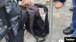 La mochila cargada de dinero que le ocuparon a cuatro funcionarios de la Embajada cubana en Bolivia, en una foto sacada de un mensaje de Twitter.