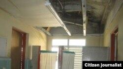 Baños de la sala tapados con cortinas improvisadas y el techo cayéndose. (Red de Comunicadores Comunitarios)