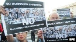 Familiares de las víctimas del atentado en 1994 contra la mutualista judía AMIA marchan junto a organizaciones políticas y sociales, frente al Parlamento argentino, en Buenos Aires.