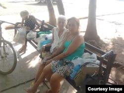 Hortensia, de 50 años, Nieves de 88 y Cira de 79, viven en la calle. El régimen les impide rentar.