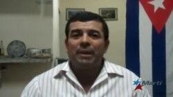Agente de la policía cubana amenaza con disparar su arma contra opositor