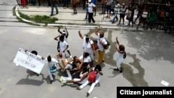 """Represión en La Habana contra el grupo opositor """"Damas de Blanco"""". Twitter Angel Moya"""