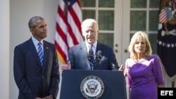 El vicepresidente estadounidense, Joe Biden (c), anuncia junto a su esposa, Jill Biden (d), y el presidente estadounidense, Barack Obama (i), que no aspira a la candidatura presidencial demócrata para las elecciones de 2016, en la Rosaleda de la Casa Blan